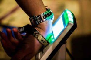 Vantagens das pulseiras de identificação em festivais.