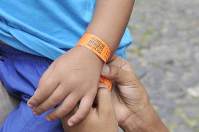 pulseira de identificação em crianças