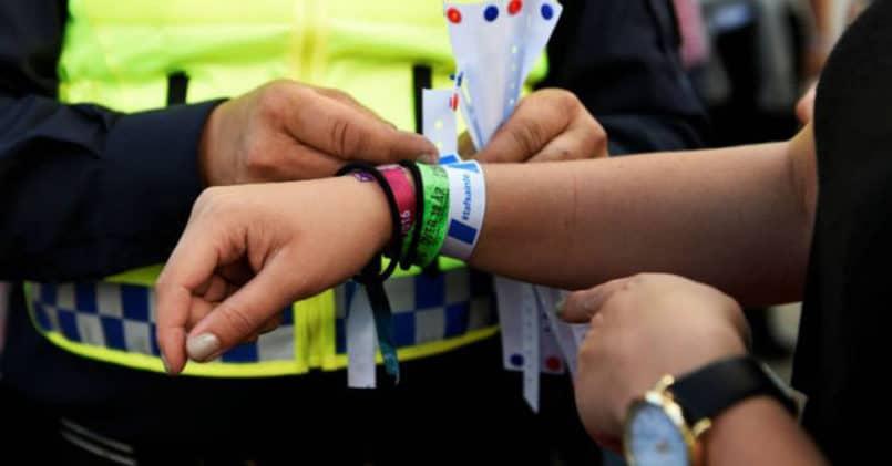 A utilização de pulseiras de identificação em festivais.