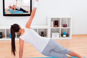 Mulher faz sessão de yoga online
